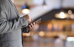 Schließen Sie oben von einem Mann, der Arbeitsplatz unter Verwendung Technologie neuen techno verwendet lizenzfreie stockfotos
