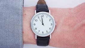 Schließen Sie oben von einem Mann, der eine Armbanduhr trägt stock video footage