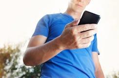 Schließen Sie oben von einem Mann, der Handy verwendet Stockfoto