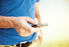 Schließen Sie oben von einem Mann, der Handy verwendet Stockbild