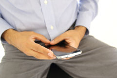 Schließen Sie oben von einem Mann, der intelligentes Mobiltelefon verwendet stockfotos