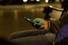 Schließen Sie oben von einem Mann, der intelligentes Mobiltelefon verwendet Stockbild