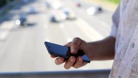 Schließen Sie oben von einem Mann, der intelligentes Mobiltelefon verwendet stock video footage