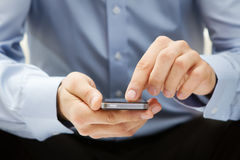 Schließen Sie oben von einem Mann, der intelligentes Telefon verwendet Stockfotos
