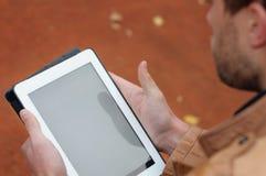 Schließen Sie oben von einem Mann, der Tabletten-PC, Technologiekonzept verwendet Lizenzfreie Stockfotos