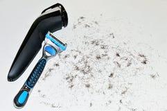 Schließen Sie oben von einem Mann ` s elektrischen Rasierapparat und Wegwerfvon einer rasierklinge stockfotografie