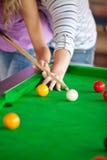Schließen Sie oben von einem Mannunterricht, wie man Pool spielt Lizenzfreies Stockfoto