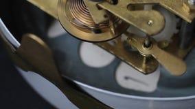 Schließen Sie oben von einem Mechanismus der inneren Uhr Weinlese-Uhr übersetzt Bewegungs-Makro stock footage