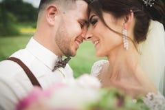 Schließen Sie oben von einem netten jungen Hochzeitspaar lizenzfreies stockfoto