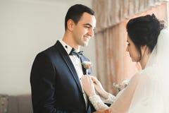 Schließen Sie oben von einem netten jungen Hochzeitspaar stockfotos