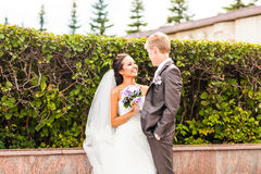 Schließen Sie oben von einem netten jungen Hochzeitspaar lizenzfreie stockfotografie