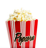 Schließen Sie oben von einem Popcornkasten, der auf Weiß getrennt wird Stockfotografie