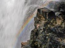 Schließen Sie oben von einem Regenbogen am Rand Ferguson-Fälle auf Tasmaniens populäre Überlandbahn stockfotografie