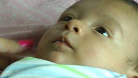 Schließen Sie oben von einem Säuglingslächeln stock video footage