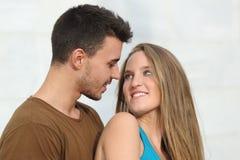 Schließen Sie oben von einem schönen Paar, das sich schaut lizenzfreie stockfotografie
