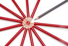 Schließen Sie oben von einem schwarzen Bleistift, der heraus von einem Kreis steht, der vorbei gebildet wird Stockfoto