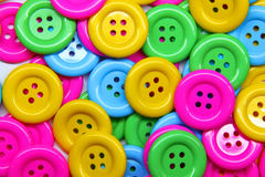 Schließen Sie oben von einem Stapel der Tasten vieler Farben Lizenzfreies Stockfoto