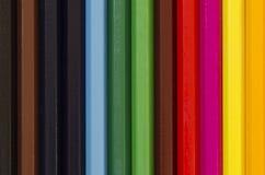 Schließen Sie oben von einem Stapel vertikalen Bleistiftzeichenstiften Stockfotos