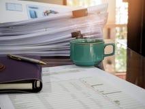 Schließen Sie oben von einem Tasse Kaffee und vom Büroartikel auf Schreibtisch Lizenzfreie Stockfotografie