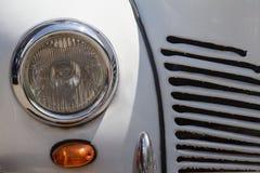 Schließen Sie oben von einem weißen Autoscheinwerfer der Weinlese Stockbild