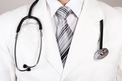 Schließen Sie oben von einem weißen Mantel und einem Stethoskop Doktoren stockfotos