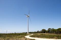 Schließen Sie oben von einem Windenergiebauernhof in Süd-Portugal Europa, erneuerbare Energie produzierend Stockbild