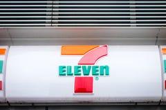 Schließen Sie oben von einem Zeichen 7 elf Stockbilder