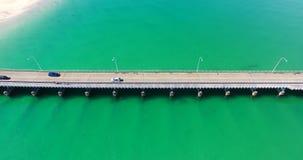 Schließen Sie oben von einer Brücke über einem enormen Körper des schönen Wassers stock footage