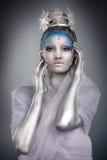 Schließen Sie oben von einer Frau, die das Tragen kreativ als Eis-Königin bilden lizenzfreie stockfotografie