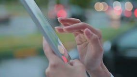 Schließen Sie oben von einer Frau, die Tabletten-PC verwendet stock video