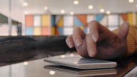 Schließen Sie oben von einer Frau ` s Hand unter Verwendung Smartphones stock video