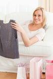 Schließen Sie oben von einer Frau, welche die Kleidung anhält, die sie kaufte Lizenzfreie Stockfotos