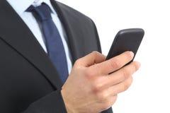 Schließen Sie oben von einer Geschäftsmann-Handholding und von der Anwendung eines intelligenten Telefons Stockfotos