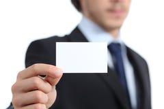 Schließen Sie oben von einer Geschäftsmannhand, die eine Visitenkarte hält Lizenzfreies Stockbild