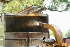 Schließen Sie oben von einer hölzernen chipper Maschine, die Holz abbricht Stockbild