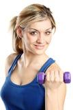 Schließen Sie oben von einer jungen attraktiven Frau mit Gewichten Lizenzfreie Stockfotografie