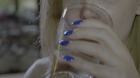 Schließen Sie oben von einer jungen Frau, die eine runde blaue Pille schluckt und ein Glas von wasser- trinkt stock footage