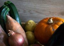 Schließen Sie oben von einer Kiste mit Herbstgemüse mit einem hellen backgrou stockbild