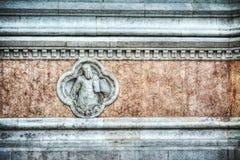 Schließen Sie oben von einer kleinen Statue in Fassade Sans Petronio Stockfotos