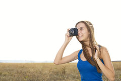 Schließen Sie oben von einer klickenden Kamera des Mädchens lizenzfreies stockfoto