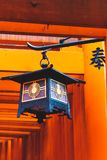 Schließen Sie oben von einer Laterne in den torii Fushimi Inari Taisha Toren stockbild
