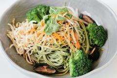 Schließen Sie oben von einer Mahlzeit, die an einem japanischen Lebensmittel gedient wird Lizenzfreies Stockfoto