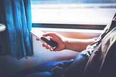 Schließen Sie oben von einer Mannhand unter Verwendung des Mobiles lizenzfreies stockfoto