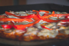 Schließen Sie oben von einer Pizza lizenzfreie stockbilder