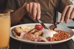 Schließen Sie oben von einer Platte des englischen Frühstücks stockbilder