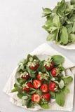 Schließen Sie oben von einer Platte mit frischer Minze und saftigen Erdbeeren oberseite Lizenzfreie Stockfotos