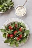 Schließen Sie oben von einer Platte mit frischer Minze und saftigen Erdbeeren oberseite Stockfoto