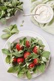 Schließen Sie oben von einer Platte mit frischer Minze und saftigen Erdbeeren oberseite Stockbild