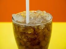 Schließen Sie oben von einer Schale des alkoholfreien Getränkes auf der gelben Tabelle Lizenzfreies Stockbild
