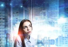 Schließen Sie oben von einer träumerischen jungen Frau, blaue Stadt lizenzfreie stockbilder